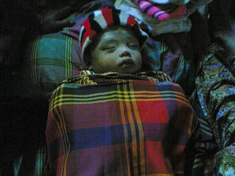Mayat Irfan Solin bayi berusia 8 bulan yang tewas terseret air parit mini di depan rumah orangtuanya Parulian Solin.