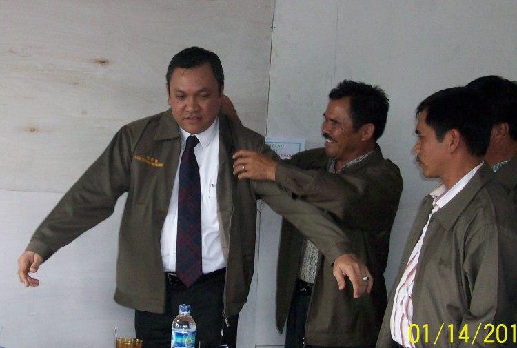 Terlihat dalam gambar Wakil Bupati Pakpak Bharat Remigo Yolando Berutu, MBA memakaikan jaket IWPB pada acara memasuki Kantor IWPB di Kawasan Panorama Indah Delleng Sindeka. 14/01. @
