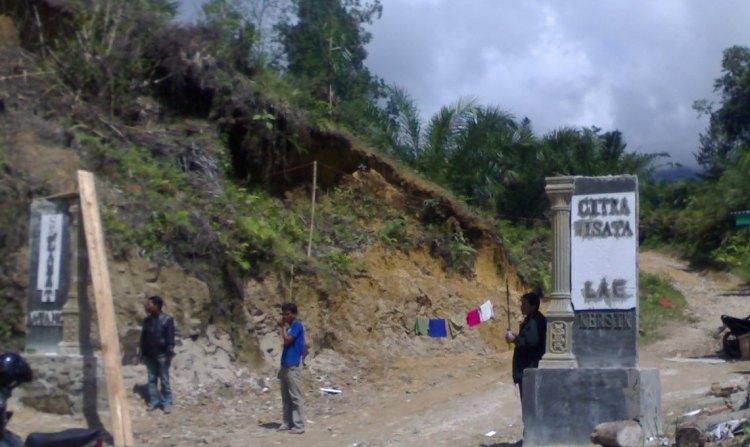 Wisata Lae Kersik. Terlihat pada gambar dua pilar yang dibangun atas swadaya masyarakat sekitar Le Kersik Sitellu Tali Urang Jehe (STTU JEHE) Kabupaten Pakpak Bharat. @