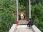 Terlihat dalam gambar sejumlah warga memperhatikan Jembatan Rambingen Pegga yang baru diselesaikan oleh pihak rekanan. Dengan selesainya pembangunan jembatan rambingen tersebut, hasil produksi tanaman Gambir yang merupakan komoditi andalan dari kawasan tersebut dapat ditingkatkan. (25/02). GETA_PAKPAK.COM
