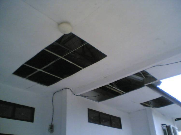 GEDUNG CATPIL BOLONG-BOLONG. Beginilah kondisi gedung Catatan Sipil (Catpil) Pemerintah Kabupaten Pakpak Bharat yang memiliki sejumlah lobang pada bagian asbes serta retakan-retakan pada sejumlah dinding gedung yang sudah berlangsung sejak lama namun belum ada upaya perbaikan dari instansi terkait.@