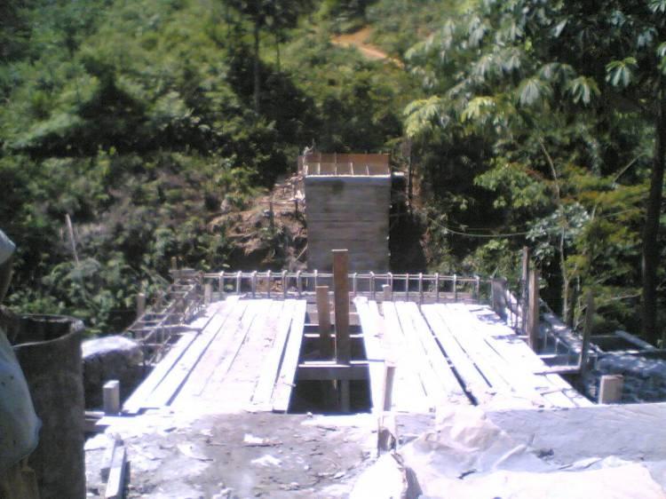 JEMBATAN LAE SRE TAK KUNJUNG SELESAI. Jembatan Lae Sre yangs ejak lama sudah menjadi dambaan warga Lae Sre terpaksa harus bersabar menunggu penyelesaian jembatan yang sesuai dengan jadaw seharusnya sudah diselesaikan pada tahun anggaran 2009 itu. Seperti terlihat dalam gambar Jematan Lae Sre masih berkisar 40 % pengerjaan. @