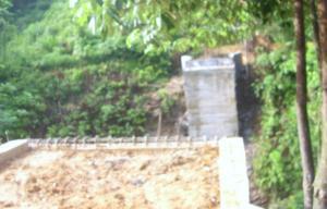 JEMBATAN LAE SRE 1 M LEBIH TERKATUNGKATUNG. Terlihat dalam gambar pekerjaan pembangunan Jembatan Lae Sre Kecamatan Sitellu Tali Urang Jehe (STTU JEHE) Kabupaten Pakpak Bharat senilai Rp. 1 M lebih Tahun Anggaran 2009 hingga saat ini masih terkatung-katung. Terlihat hingga saat ini masih dikerjakan pada bagian pondasi jembatan. Dinas terkait diharapkan secara lebih proaktif dapat menyelesaikan pengerjaan proyek tersebut.