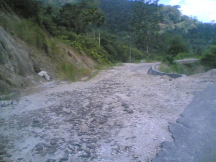 Jalan menuju Desa Kaban Tengah Kecamatan STTU JEHE yang dipindah setelah longsor dengan kealaman ratusan meter. @