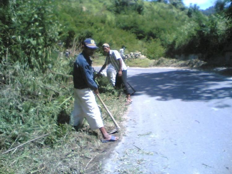 terlihat dalam gambar sejumlah warga Desa Binangaboang yang digerakkan langsung oleh Kepala Desa setempat, sementara jalan tersebut baru saja dilakukan kegiatan perawatan jalan yang dilakukan oleh Pemerintah Propinsi Sumatera Utara. @