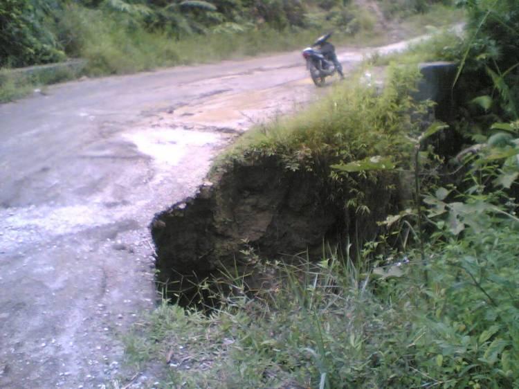 Beginilah Kondisi Jalan Longsor di Desa Tanjung Rahu Kecamatan Kerajaan Kabupaten Pakpak Bharat yang tidak kunjung diperbaiki oleh Pemerintah daerah. @