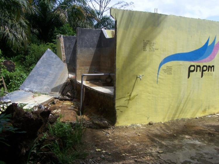Kamar Mandi Umum yang dibangun dengan dana PNPM Mandiri di Desa Lae Merempat Kecamatan STTU JEHE Pakpak Bharat, ambruk yang diduga disebabkan oleh tidak kokohnya pondasi menahan beban bangunan dan bak penampungan air. @