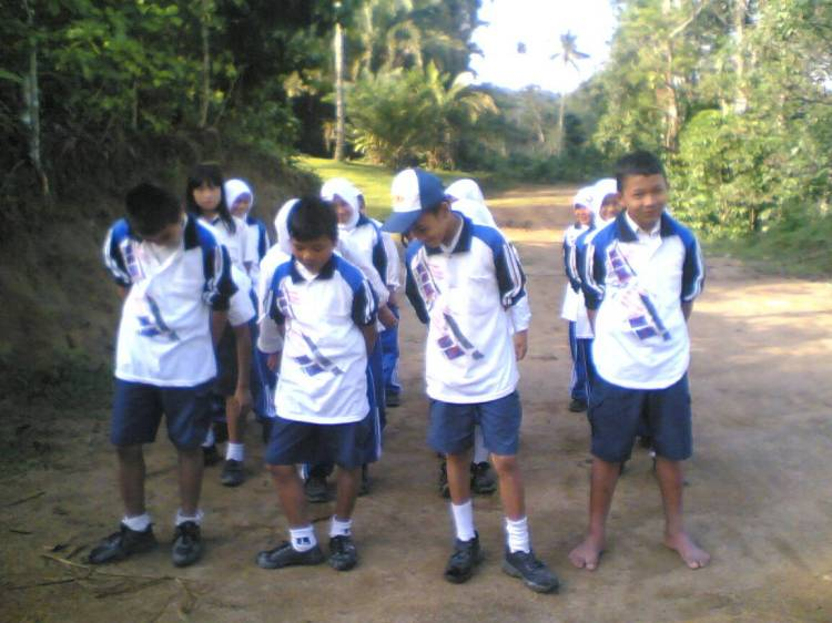 Murid SMP 3 satu Atap Sitellu Tali Urang Jehe melakukan kegiatan Mata Pelajaran Olah Raga Di Jalanan Akibat Ketiadaan Lapangan Olah Raga. @