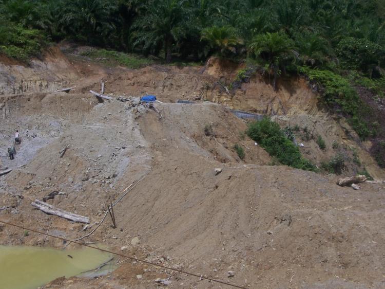 Inilah bendungan penampungan air untuk PLTMH Lae Merempat STTU JEHE Tahun Anggaran 2009 yang terkatung-katung hingga saat ini. Siapa yang akan mempertanggungjawabkan pekerjaan ini? @