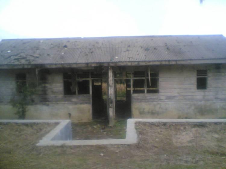 Bangunan Tua yang terdapat dilingkungan Sekolah Dasar Negeri (SDN) Sipede yang baru dibersihkan oleh pihak sekolah, namun tidak dilakukan perbaikan bangunan. @