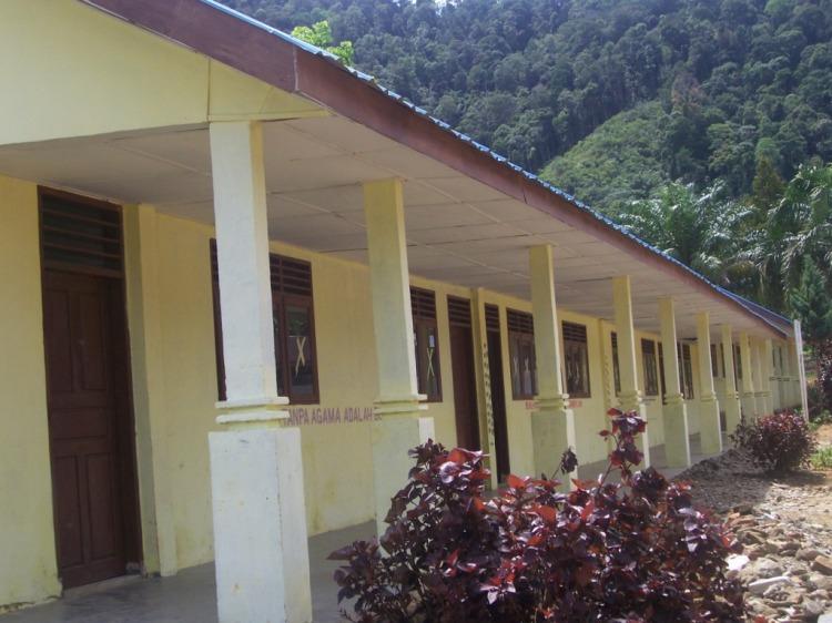 Gedung Mewah Sekolah Dasar Negeri (SDN) Lae Merempat Kecamatan Sitellu Tali Urang Jehe (STTU JEHE) setelah mendapat kegiatan rehabilitasi Dana DAK Tahun Anggaran 2009. @