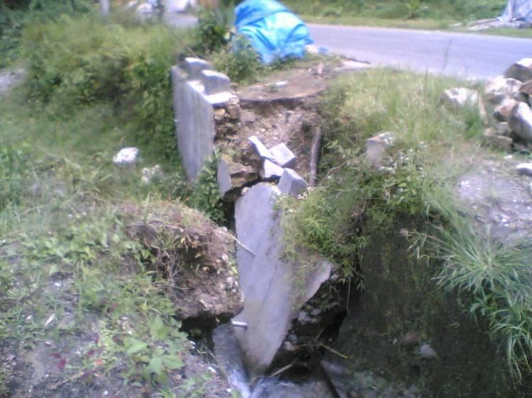 Akibat Pondasi yang tidak kokoh mengakibatkan ambruknya tembok penahan pada jalan Propinsi di Desa Cikaok STTU JEHE seperti yang terlihat pada gambar. @