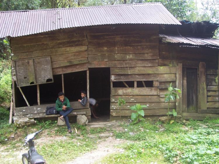 Warung Sederhana milik Loser Kesogihen yang sejak puluhan tahun silam menjadi penunggu dan pelayan bagi para pelintas alam hutan Delleng Simpoon, kini terlihat mulai miring akibat termakan usia. @