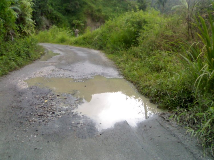 Jalan Hotmix ini merupakan kegiatan pembangunan yang menelan anggaran Millyaran Rupiah yang dilakukan oleh Pemerintah Kabupaten Pakpak Bharat, tanpa dilakukan perawatan kondisi yang terlihat dalam gambar akan semakin parah bahkan hancur total. @
