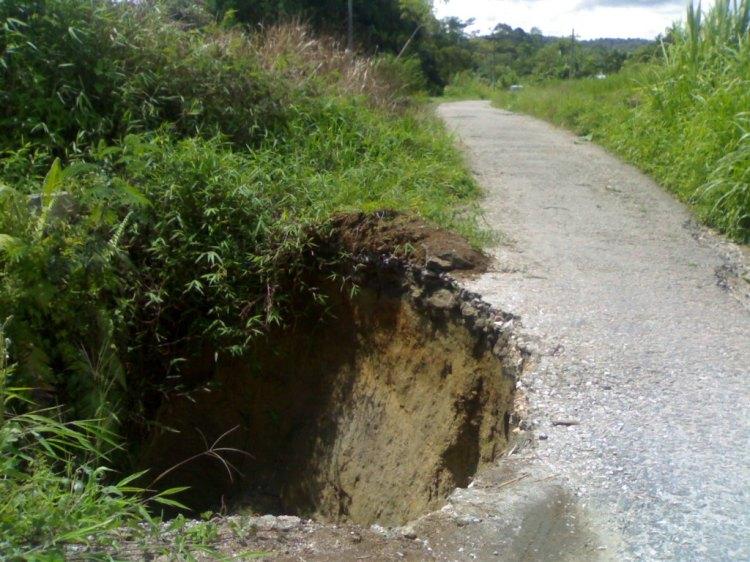 Longsor berbentuk lingkaran pada jalan kawasan wisata Lae Mbilulu Desa Pronggil Kecamatan Kecamatan Tinada tak kunjung mendapat perhatian pemerintah Pakpak Bharat. @