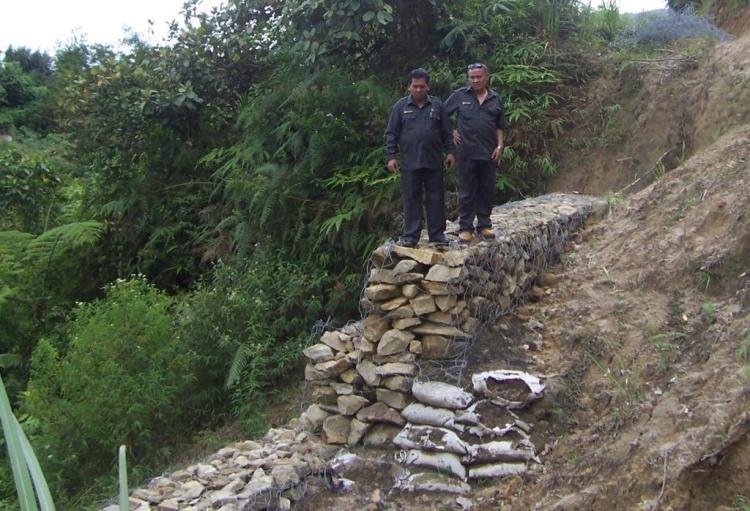 Dua Anggota DPRD Kabupaten Pakpak Bharat Serru Berutu dan Anggiat Banurea saat meninjau proyek pembangunan bronjong di Sitellu Tali Urang Julu (STTU JULU) Pakpak Bharat. @
