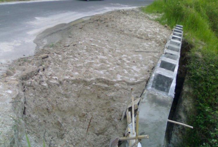 Beginilah kondisi pekerjaan pembangunan tembok penahan Pemerintah Propinsi Sumatera Utara di Desa Cikaok Kecamatan STTU JULU Kabupaten Pakpak Bharat yang sudah hampir ambruk. @