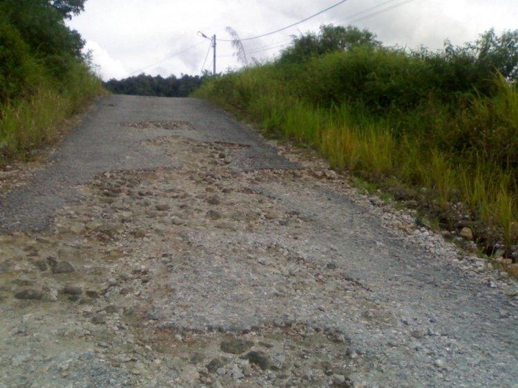 Beginilah kondisi kerusakan jalan pada jalan masuk menuju kantor Bappeluh yang diperkirakan disebabkan oleh lemahnya kwalitas pekerjaan yang dilakukan rekanan. @