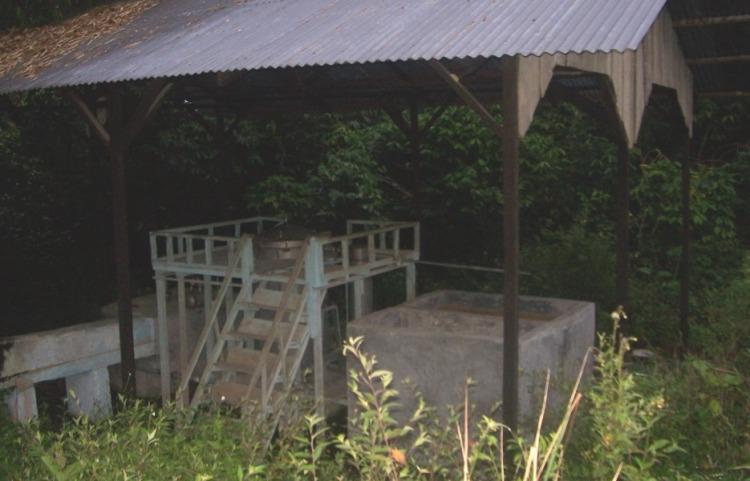 Beginilah kondisi fasilitas penyulingan Nilam yang terdapat di Desa Kuta Tinggi Kecamatan Salak Kabupaten Pakpak Bharat yang terlantar karena fasilitas tersebut tidak mampu memproduksi minyak Nilam yang seimbang dengan biaya yang harus dikeluarkan petani. @