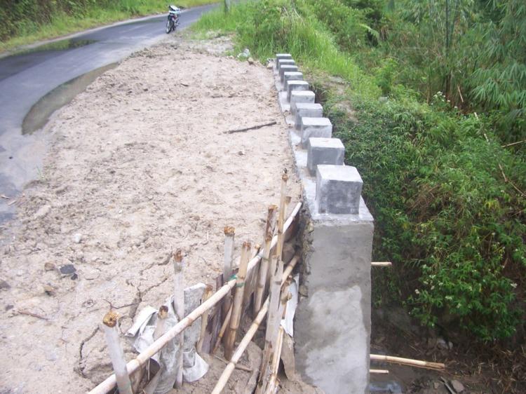 Dipertanyakan. Pembangunan tembok penahan pada longsor disekitar perbatasan Desa Binangaboang dengan Desa Cikaok Kabupaten Pakpak Bharat yang merupakan kegiatan Pemerintah Propinsi Sumatera Utara. @