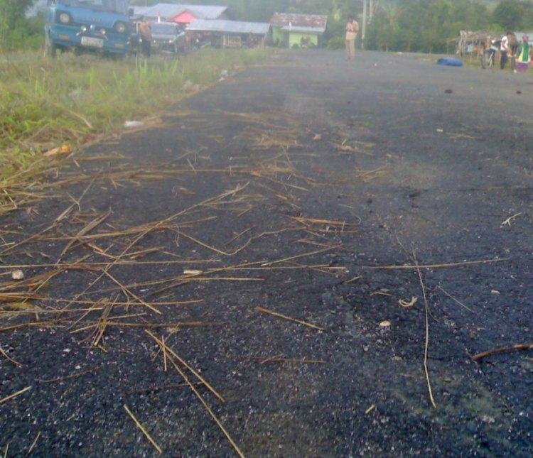 Jalan hotmix sisi utara stadion Salak Pakpak Bharat yang sudah mengalami kerusakan dengan adanya lonyot pada badan jalan bekas lintasan roda kendaraan. @