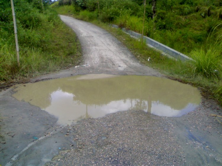 Beginilah kondisi jalan antara Tsanawiyah Salak menuju kawasan napasengkut Desa Salak I yang selalu tergenang air keruh, kedalaman lobang tersebut mencapai setengah meter lebih. @