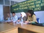 Terlihat dalam gambar Rahman Sitepu dari jajaran pemkab Pakpak Bharat dan Ibu Khairani dari UPT Disbun Wilayah Satu Propinsi Sumatera Utara pada sosialisasi tanaman karet di Pakpak Bharat. @