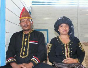 Sardimon Bancin Bersama Istri Berpakaian Adat Pakpak