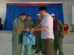 Terlihat Bupati Pakpak Bharat Remigo Yolando Berutu Memberikan Simbolis Bingkisan Kepada Ketua Umum Makner Banurea, SP.