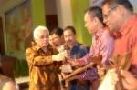 Bupati Pakpak Bharat, Remigo Yolando Berutu, MBA secara resmi menerima penghargaan Anugerah Inovasi Perkebunan 2013 yang diserahkan oleh Menteri Koordinator Bidang Perekonomian, Ir. M. Hatta Rad